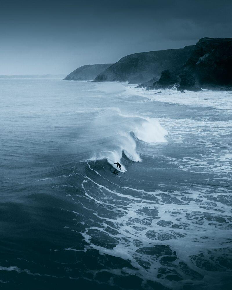 La foto 'Un solitario surfista desafiando el frío del invierno' en la costa norte de Cornualles, de un fotógrafo británico, presentada para el concurso The World's Best Photos of #Water2020.