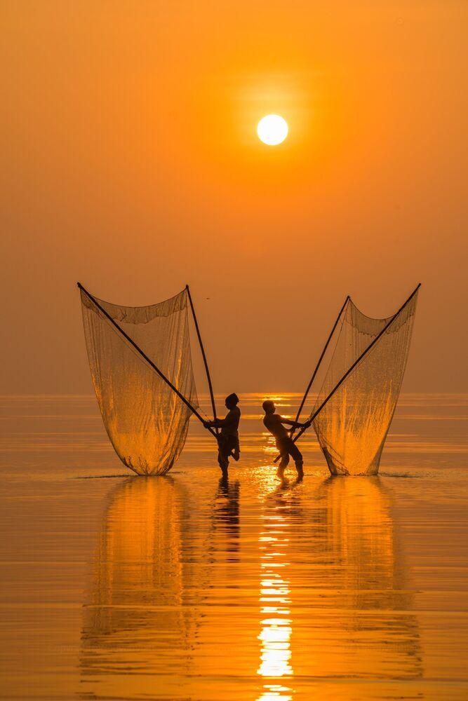 La foto 'Pescador bajo el amanecer', de un fotógrafo vietnamita, presentada en el concurso The World's Best Photos of #Water2020.
