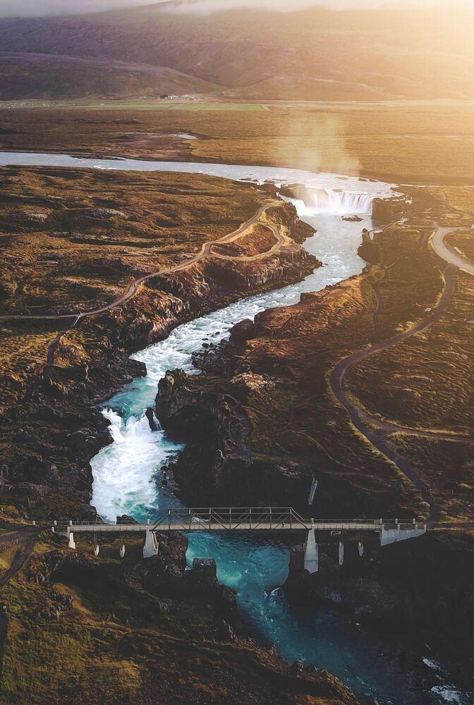 La foto 'Un vuelo al atardecer sobre la cascada de los dioses', de un fotógrafo británico, presentada en el concurso The World's Best Photos of #Water2020.