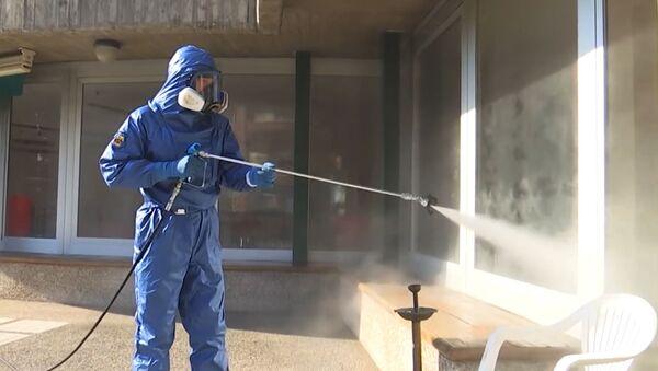 Especialistas militares rusos desinfectan residencias de ancianos en Italia - Sputnik Mundo