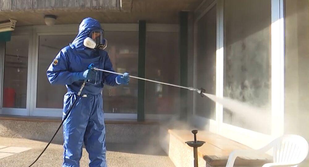 Especialistas militares rusos desinfectan residencias de ancianos en Italia