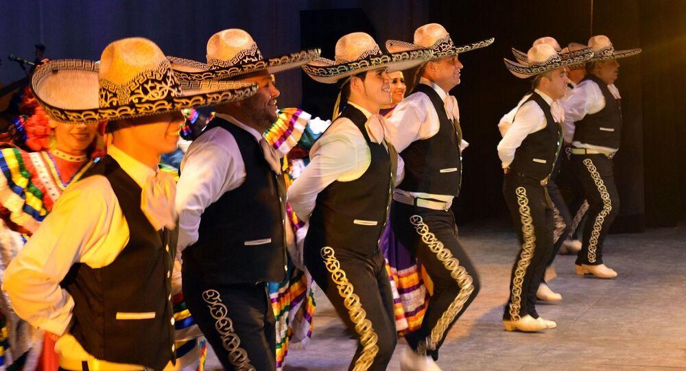 Los mariachis con los sombreros