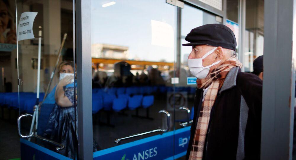 Un hombre haciendo cola en un banco en Buenos Aires, Argentina