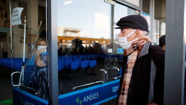 Un hombre haciendo cola en un banco en Buenos Aires, Argentina - Sputnik Mundo