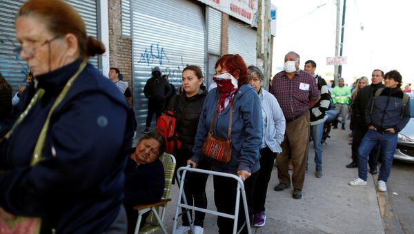 Personas haciendo cola en un banco en Buenos Aires, Argentina - Sputnik Mundo