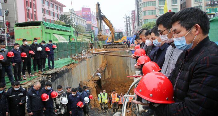 Constructores rinden homenaje a las víctimas del coronavirus en China