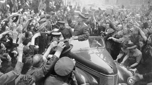 El mariscal soviético Iván Kónev es recibido por los ciudadanos checos en Praga (1945) - Sputnik Mundo
