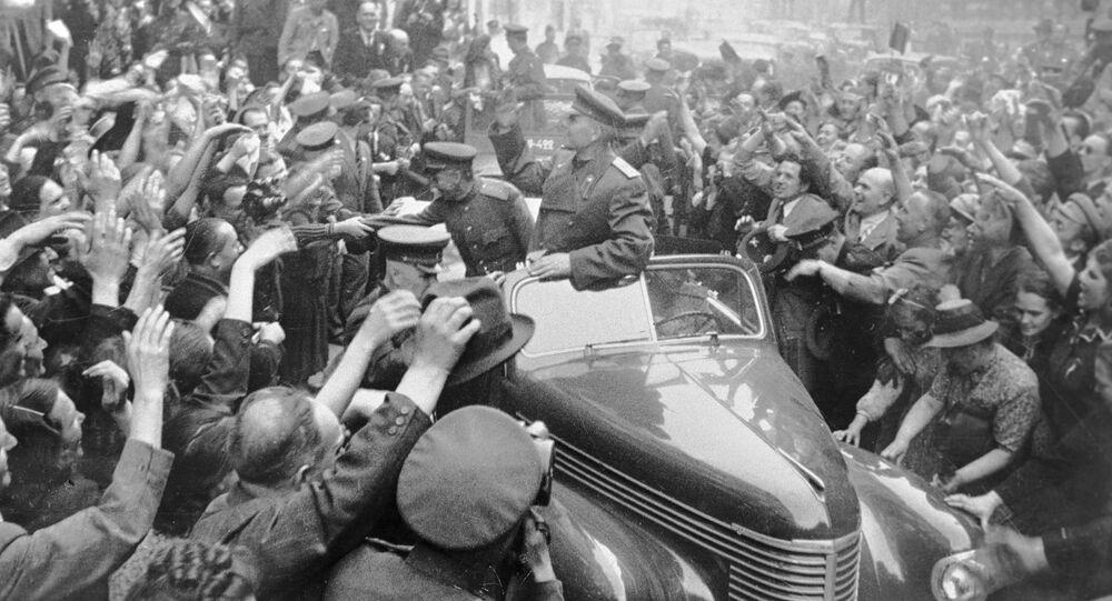 El mariscal soviético Iván Kónev es recibido por los ciudadanos checos en Praga (1945)