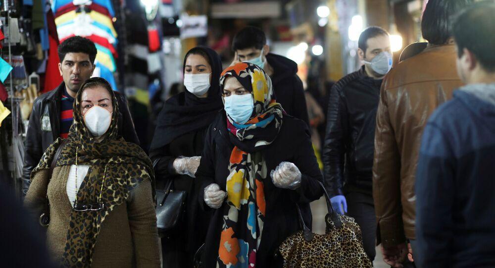 Personas usan mascarillas y guantes protectores mientras caminan en Teherán, Irán