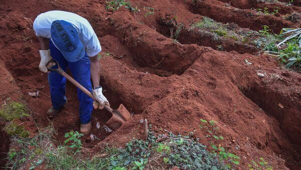 Un hombre cavando una fosa en las afueras de Sao Paulo, Brasil - Sputnik Mundo