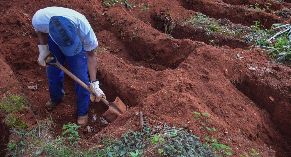 Un hombre cavando una fosa en las afueras de Sao Paulo, Brasil