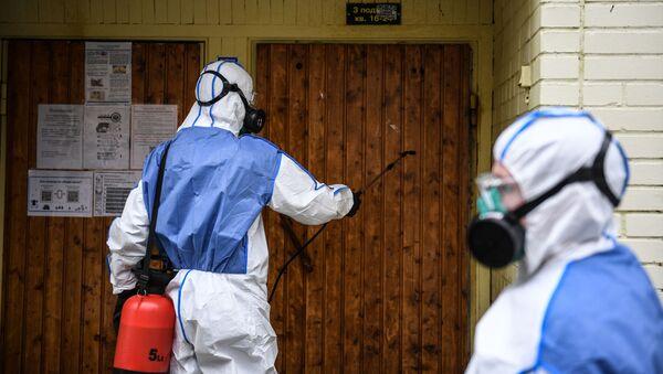 Desinfección de la entrada de un bloque de pisos en Moscú, Rusia - Sputnik Mundo