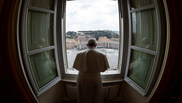 El Papa Francisco celebra una misa desde la ventana de la Basílica de San Pedro (archivo) - Sputnik Mundo