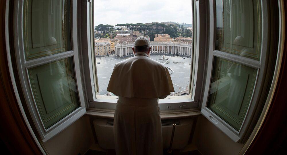 El Papa Francisco celebra una misa desde la ventana de la Basílica de San Pedro (archivo)