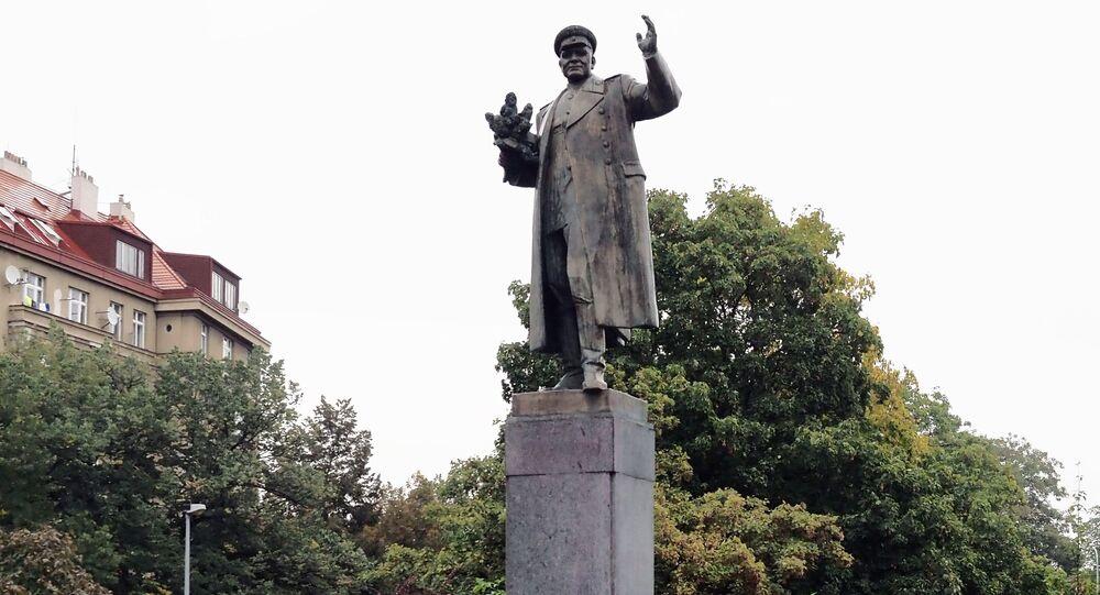 Monumento al mariscal Kónev en Praga, antes de su retirada