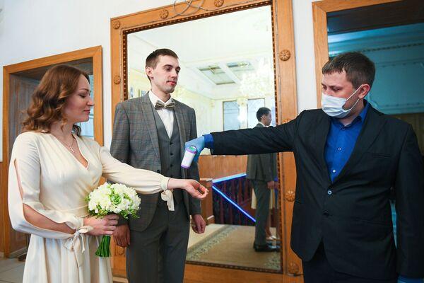 El amor en los tiempos del COVID-19: así son las bodas en medio a la pandemia   - Sputnik Mundo