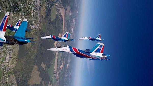 Los Caballeros Rusos del aire dibujan en el cielo con sus cazas - Sputnik Mundo
