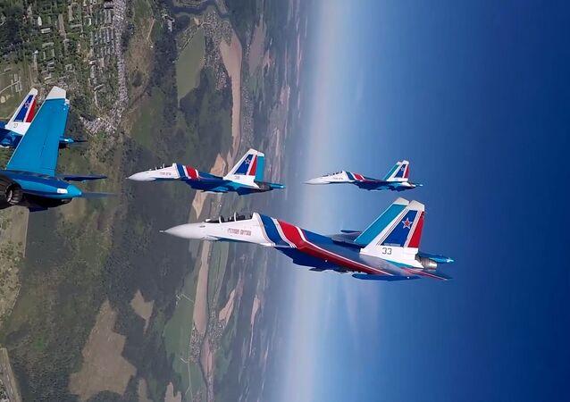 Los Caballeros Rusos del aire dibujan en el cielo con sus cazas