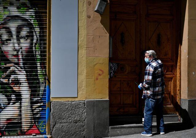 Un vecino de Madrid abre las puertas de su casa durante el confinamiento