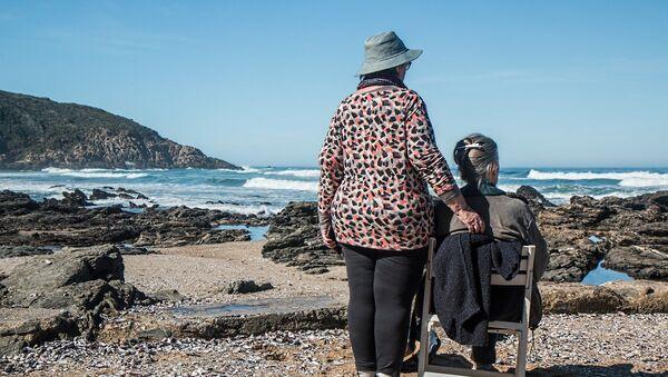 Anciana y cuidadora - Sputnik Mundo