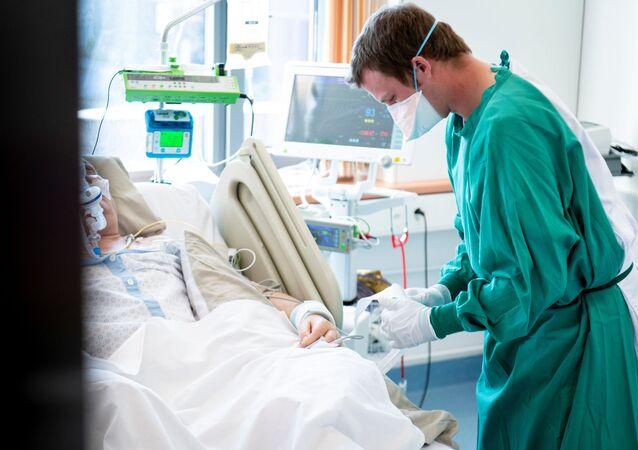 Un médico con un enfermo de COVID-19