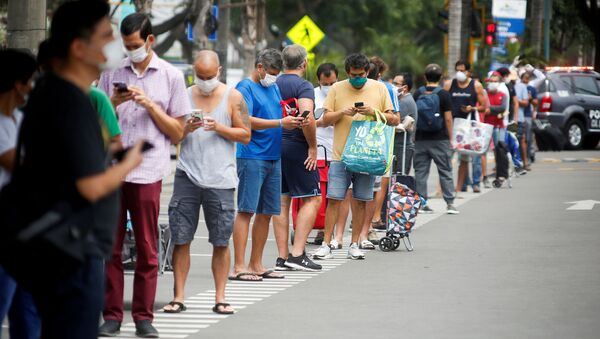 Hombres haciendo una fila al supermercado en Perú - Sputnik Mundo