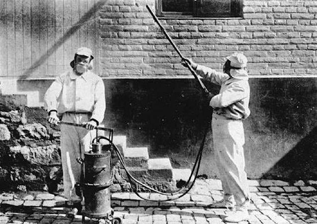 Desinfectadores trabajando, hacia 1910, en Chile