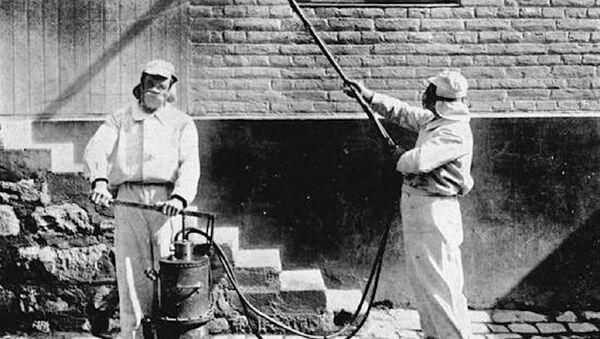Desinfectadores trabajando, hacia 1910, en Chile - Sputnik Mundo