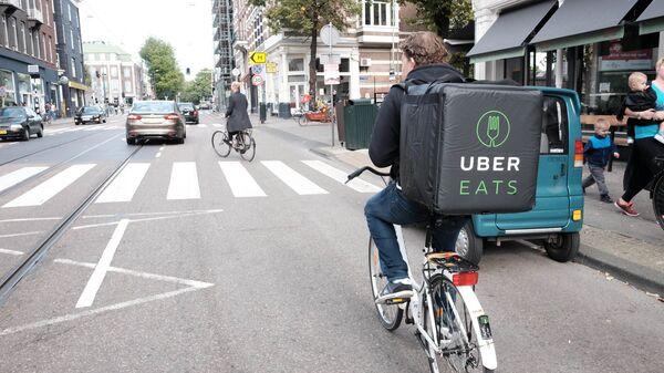 Un repartidor de comida de Uber Eats - Sputnik Mundo