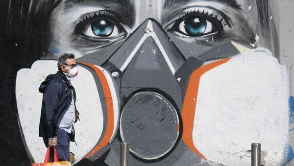 Un hombre en mascarilla - Sputnik Mundo