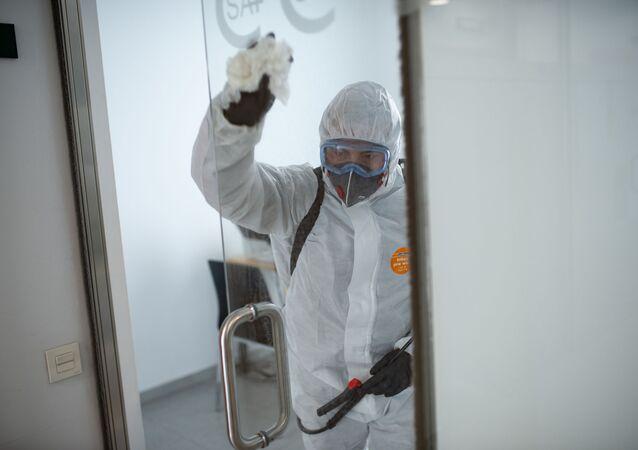 Tareas de desinfección de la UME en Barcelona