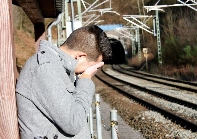 Un hombre joven triste. Imagen referencial