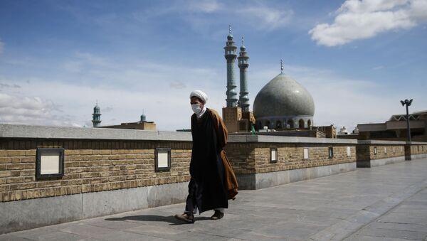 Un hombre con mascarilla en Irán - Sputnik Mundo
