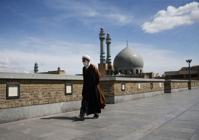 Un hombre con mascarilla en Irán