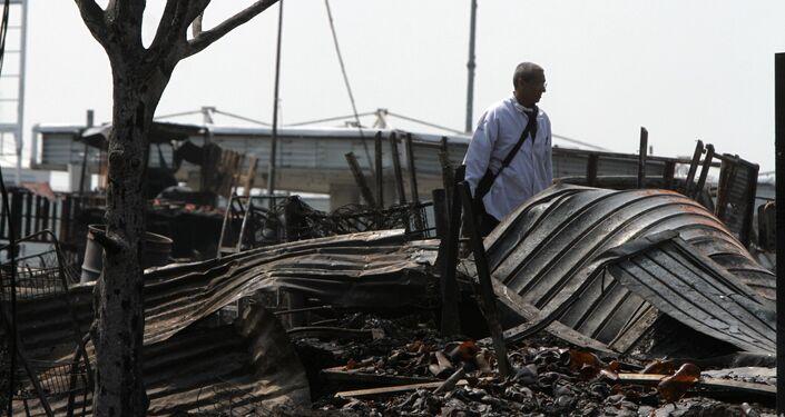 Un hombre en el asentamiento precario luego del incendio