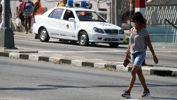 Una mujer en mascarilla en Cuba - Sputnik Mundo