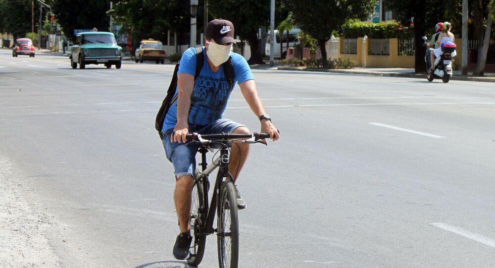 Un ciclista en mascarilla en Cuba