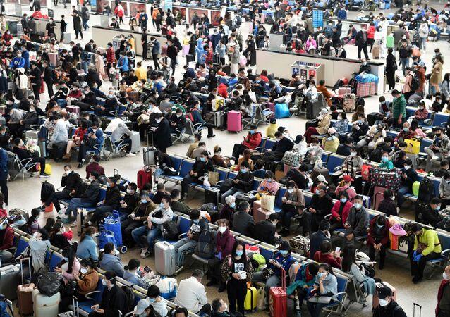 Estación ferroviaria en la ciudad china de Wuhan tras el brote del coronavirus