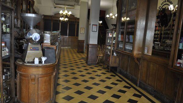 El Café Notable El Gato Negro, vacío, durante el brote del coronavirus en Buenos Aires, Argentina - Sputnik Mundo