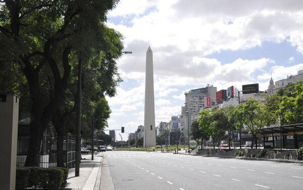 La Avenida 9 de Julio con el Obelisco al frente en Buenos Aires durante el brote del coronavirus en Argentina - Sputnik Mundo