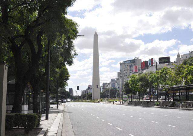 La Avenida 9 de Julio con el Obelisco al frente en Buenos Aires durante el brote del coronavirus en Argentina
