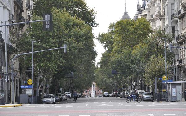 Avenida de Mayo con la Casa Rosada (sede del Ejecutivo) al fondo en Buenos Aires durante el brote del coronavirus en Argentina - Sputnik Mundo