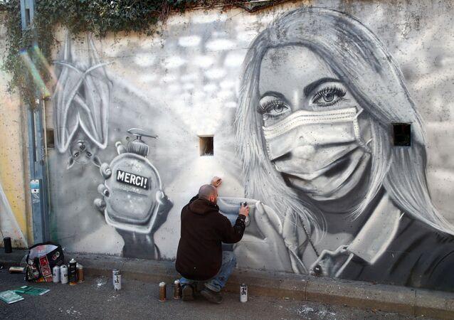 David Perez, SID, terminando su mural en homenaje a los trabajadores del coronavirus