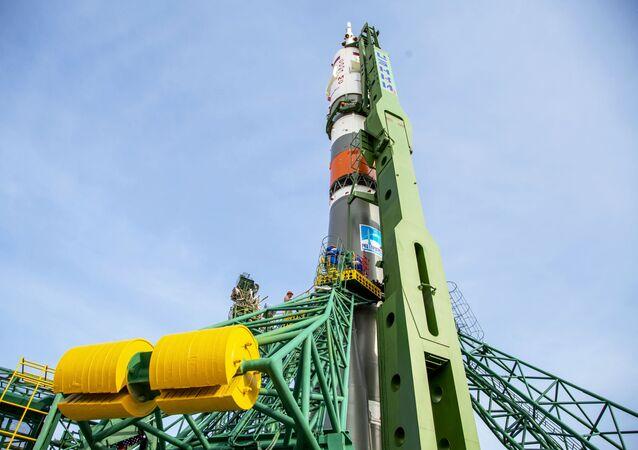 Un cohete Soyuz instalado sobre una rampa de lanzamiento en el cosmódromo Baikonur, en Kazajistán.