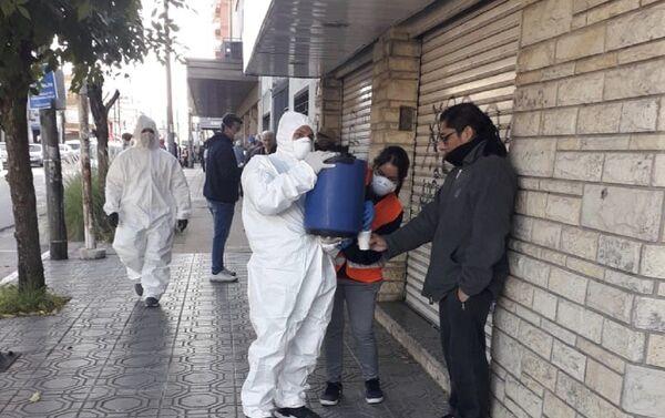 Militantes en La Matanza trabajan en desinfección de espacios públicos y operativos de alimentación - Sputnik Mundo