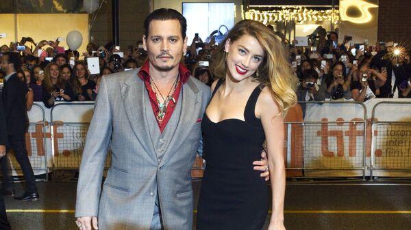 El actor Johnny Depp junto a su exesposa, la actriz Amber Heard - Sputnik Mundo
