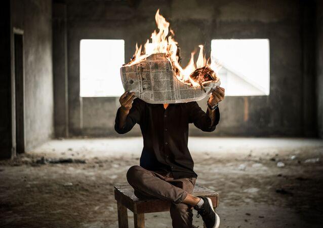 Un hombre con el periódico ardiente (imagen referencial)