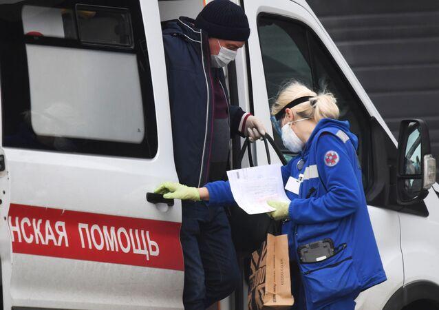 Ambulancia cerca del centro moscovita de cuarentena por el COVID-19 ubicado en Komunarka durante el brote de coronavirus en Rusia