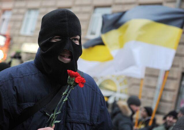 Marcha de los nacionalistas rusos en San Petersburgo con banderas imperiales rusas (imagen referencial)