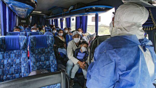 Venezolanos volviendo a su país desde Colombia - Sputnik Mundo